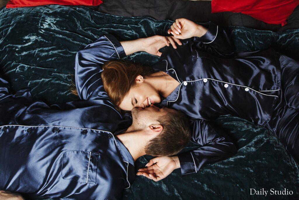 новогодняя фотосессия в пижамах на кровати, новогодняя фотосессия в пижамах влюбленных
