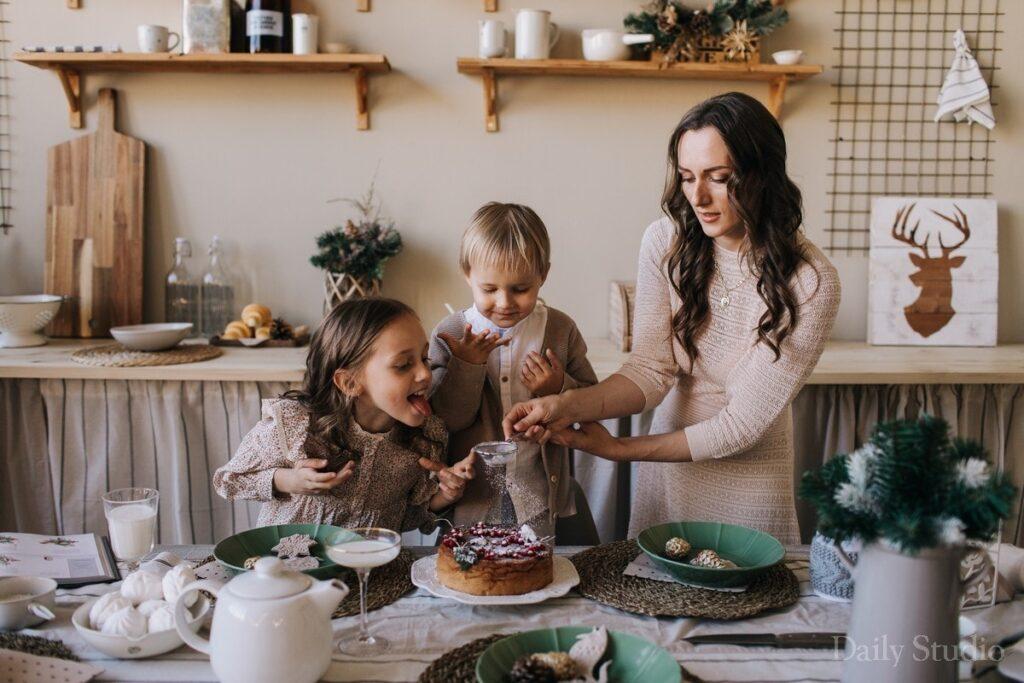 фотосессия с едой, новогодняя фотосессия на кухне, фотосессия мама и двое детей