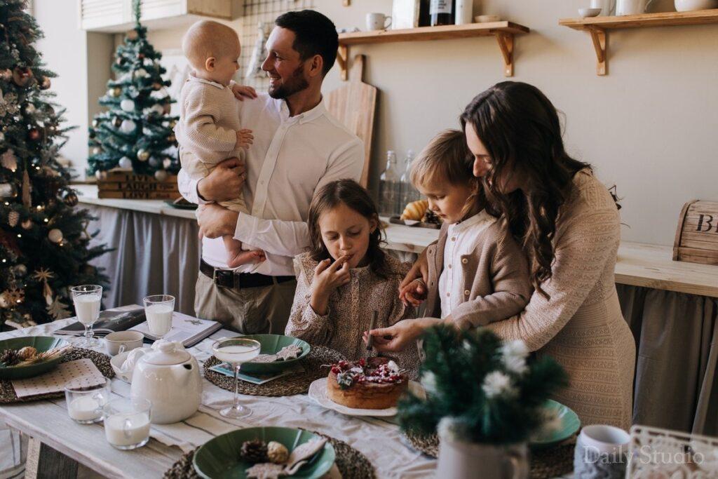 фотосессия на кухне с ребенком, новогодняя фотосессия семейная на кухне